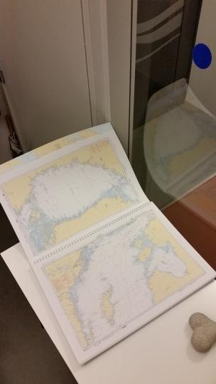 Ett uppslag med sjökort.